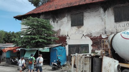 Tongkol kampung, Dutch colonial warehouse
